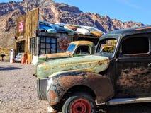 Vehículos y edificio abandonados Imagen de archivo libre de regalías