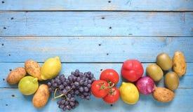Vehículos y frutas fotos de archivo