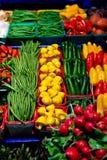 Vehículos y frutas en una parada del mercado Fotografía de archivo