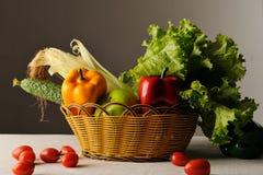 Vehículo y frutas en cesta Foto de archivo