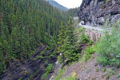 Vehices del tracción cuatro ruedas en el camino expuesto peligroso en Rocky Mountains, Colorado del estante Foto de archivo libre de regalías