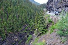 Vehices del tracción cuatro ruedas en el camino expuesto peligroso en Rocky Mountains, Colorado del estante Imágenes de archivo libres de regalías