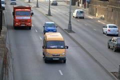 Vehicular trafik i gata i morgonsol Fotografering för Bildbyråer
