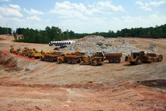 Veicoli commoventi della costruzione della terra pesante Immagine Stock Libera da Diritti