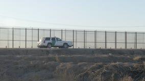 Veicoli della pattuglia di frontiera parcheggiati vicino al confine del Messico e degli Stati Uniti video d archivio