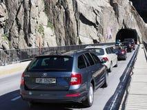 Veicoli sul ponte e sul tunnel scenici della strada del ` s del diavolo di Teufelsbruecke in alpi svizzere Immagine Stock