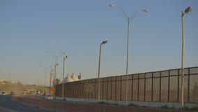 Veicoli sulla strada principale dal recinto del confine stock footage