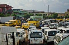 Veicoli utilizzati del taxi da vendere al mercato in Oshodi Fotografia Stock Libera da Diritti