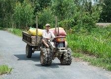 Veicolo asiatico dell'azienda agricola di guida dell'uomo Fotografia Stock