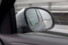 Veicolo automobilistico dello spettatore dell'automobile dello specchio fotografia stock