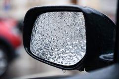 Veicolo coperto in ghiaccio durante la pioggia congelantesi Immagini Stock Libere da Diritti