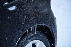 Veicolo coperto in ghiaccio durante la pioggia congelantesi Fotografia Stock
