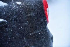 Veicolo coperto in ghiaccio durante la pioggia congelantesi Immagine Stock