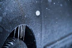 Veicolo coperto in ghiaccio durante la pioggia congelantesi Fotografie Stock