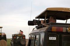 Veicolo di osservazione del gioco e fotografo della fauna selvatica Fotografia Stock Libera da Diritti