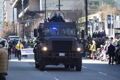 Veicolo di polizia corazzato alla parata del giorno di St Patrick Immagini Stock