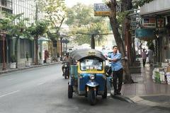 Veicolo di Tuk-tuk sulla strada Fotografie Stock Libere da Diritti
