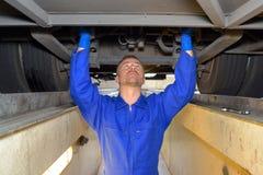 Veicolo diesel della riparazione del meccanico immagini stock