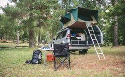 Veicolo fuori strada 4x4 con la tenda in tetto pronto per accamparsi Immagine Stock