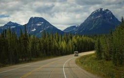 Veicolo ricreativo Motorhome che guida attraverso Rocky Mountains Immagini Stock Libere da Diritti