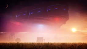 Veicolo spaziale straniero del triangolo sopra l'azienda agricola al tramonto royalty illustrazione gratis