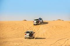 Veicolo utilitario di sport che guida durante il deserto del Sahara fotografia stock