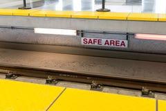 ` VEILIG GEBIEDS` teken naast geëlektriseerd treinspoor Royalty-vrije Stock Afbeelding