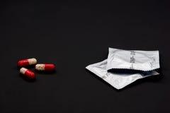 Veilig geslacht: condomen of mondeling contraceptivum? Royalty-vrije Stock Fotografie