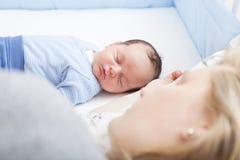 Veilig mede-slaapt moeder en baby stock afbeelding