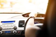 Veilige aandrijving, snelheidscontrole en veiligheidsafstand op de weg, die veilig drijven royalty-vrije stock foto's
