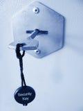 Veilige sleutel in een slot stock afbeeldingen