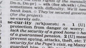 Veiligheid, potlood die woord in woordenboek, bescherming van gevaar, Internet richten stock footage