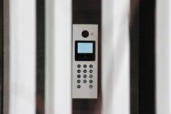 Veiligheid van een huis met een intercom bij de ingang of de poort elektronische videotoezicht en veiligheidssystemen bescherming stock afbeeldingen