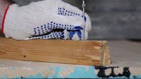 Veiligheid Vastgeklemde handschoenen Verdraai de schroef in een houten blok stock videobeelden