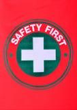 Veiligheids eerste teken op rode katoenen vlag Royalty-vrije Stock Foto's