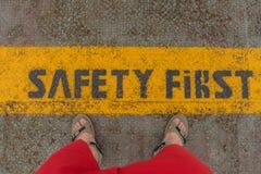 Veiligheids Eerste teken op voorzichtigheidsstrook Stock Foto