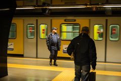 Veiligheidsagent en passagier, station, Napels, Italië Royalty-vrije Stock Afbeelding