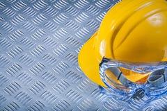 Veiligheidsbril die helm bouwen op het golfexemplaar van het metaalblad Royalty-vrije Stock Afbeelding