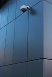 Veiligheidscamera bij de donkere moderne bouw Stock Fotografie