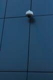 Veiligheidscamera bij de donkere moderne bouw Stock Afbeelding