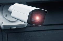 veiligheidscamera bij de moderne bouw met gloed stock fotografie
