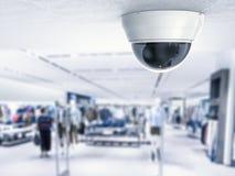 Veiligheidscamera of kabeltelevisie-camera op plafond stock afbeeldingen