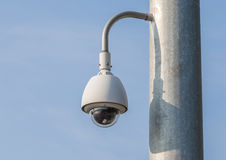Veiligheidscamera, kabeltelevisie met blauwe hemelachtergrond Stock Afbeelding