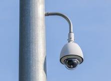 Veiligheidscamera, kabeltelevisie op blauwe hemelachtergrond Royalty-vrije Stock Afbeeldingen