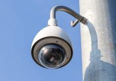 Veiligheidscamera, kabeltelevisie op blauwe hemelachtergrond Royalty-vrije Stock Fotografie