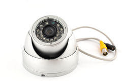 Veiligheidscamera, kabeltelevisie op wit Stock Foto's