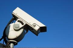 Veiligheidscamera met gesloten circuit tegen blauwe hemel Stock Afbeeldingen