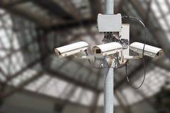 Veiligheidscamera's met onscherpe moderne de bouwachtergrond Stock Afbeelding