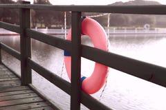 Veiligheidscirkel op het water Brug over de rivier stock afbeeldingen