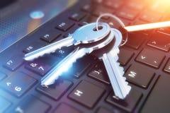 Veiligheidsconcept: sleutels op laptop toetsenbord Stock Afbeelding